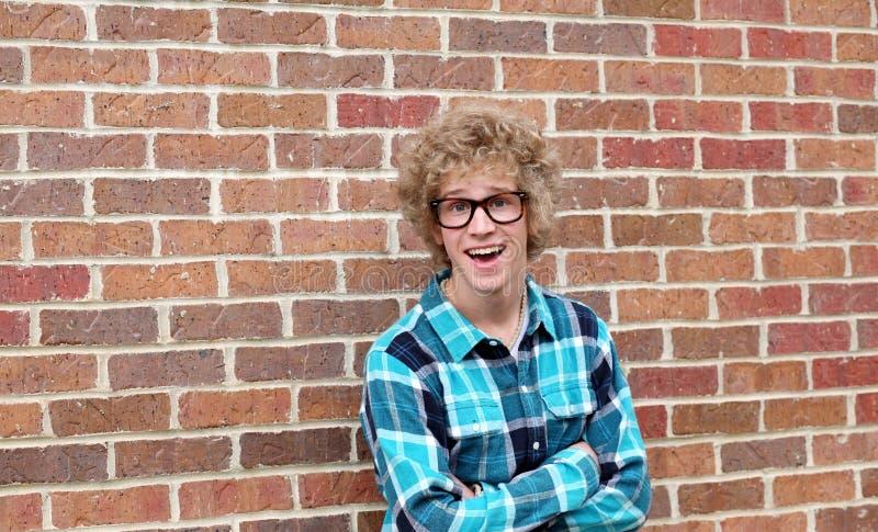 Jeune homme avec les glaces maladroites photographie stock libre de droits