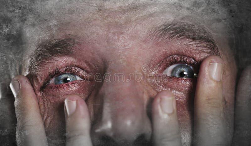 Jeune homme avec pleurer expressif de yeux désespéré dans le désespoir de crainte et de sentiment d'horreur et la tristesse se se photo stock