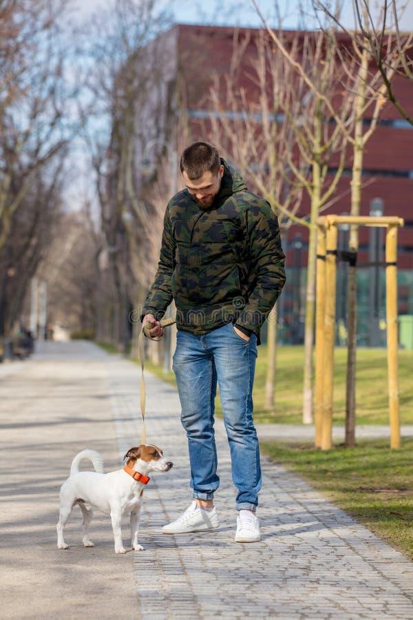 Jeune homme avec son chien, Jack Russell Terrier photos libres de droits