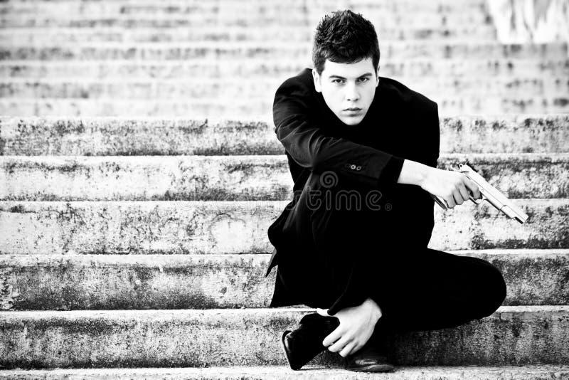 Jeune homme avec un canon image stock