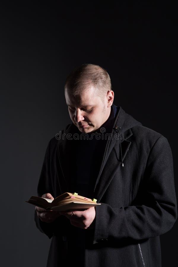 Jeune homme avec un livre images stock