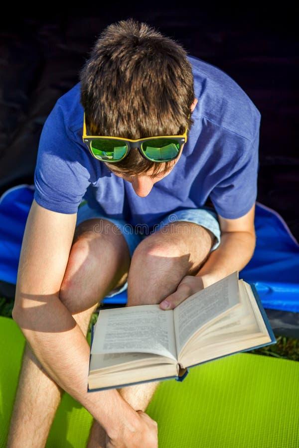 Jeune homme avec un livre photo libre de droits