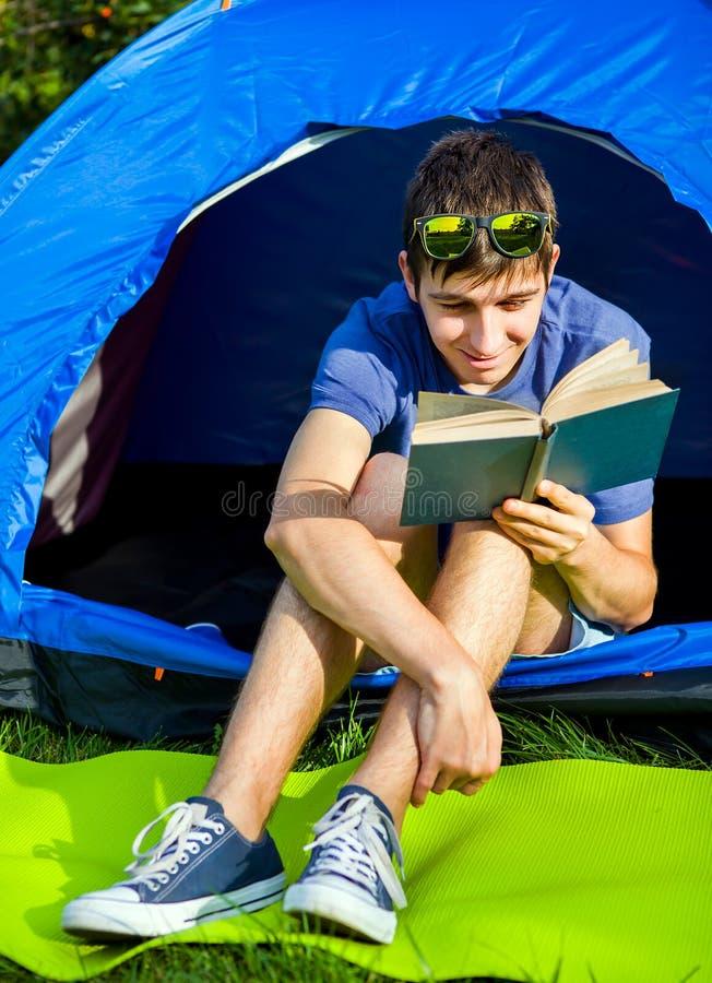 Jeune homme avec un livre photo stock