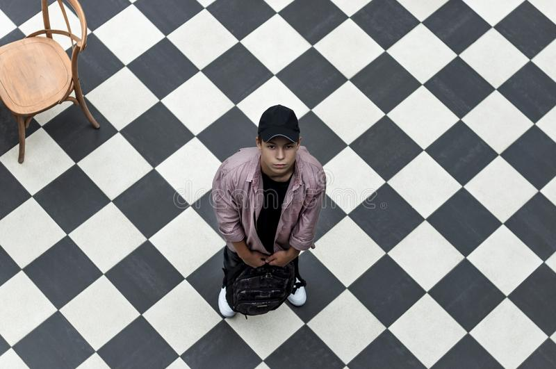 Jeune homme avec un sac à dos, vue supérieure images stock