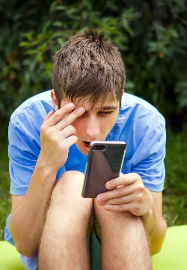 Jeune homme avec un t?l?phone images stock