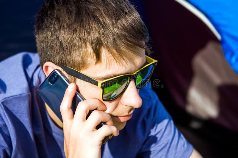 Jeune homme avec un t?l?phone photos libres de droits