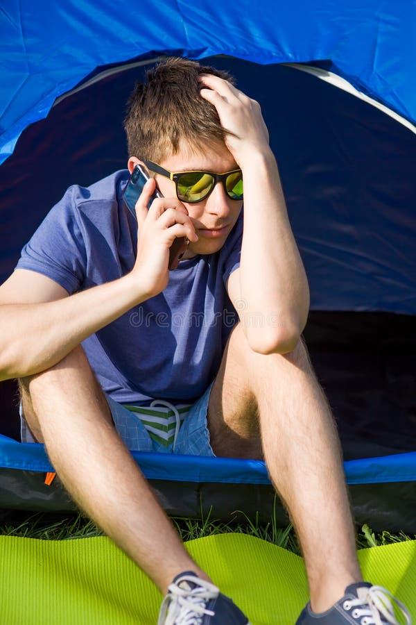 Jeune homme avec un t?l?phone images libres de droits