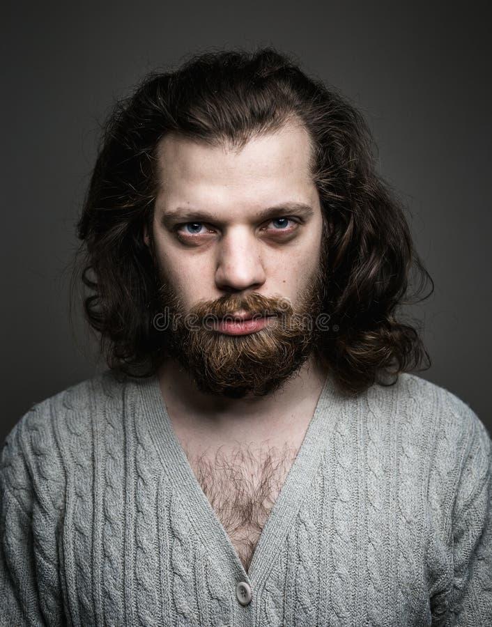 Jeune homme avec une barbe et de longs cheveux Verticale créatrice image stock