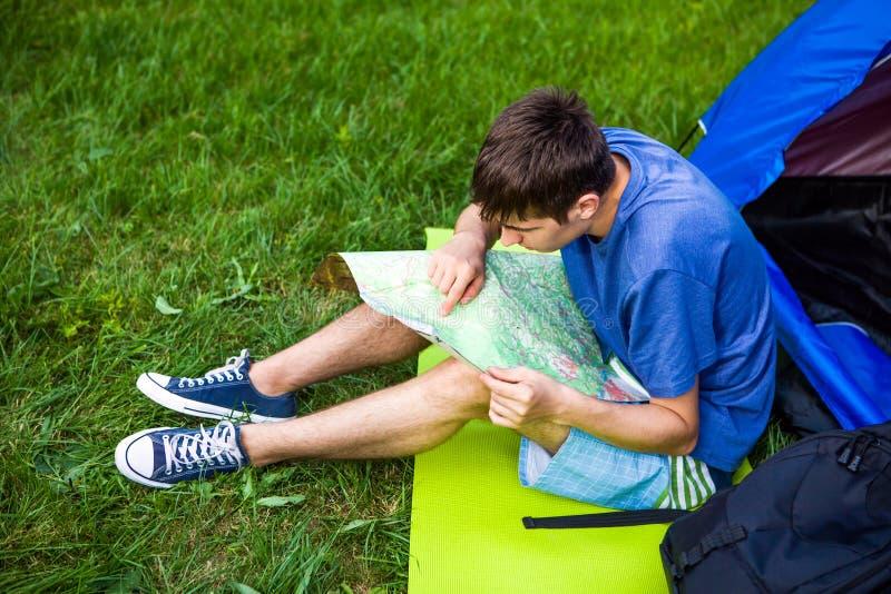 Jeune homme avec une carte images libres de droits