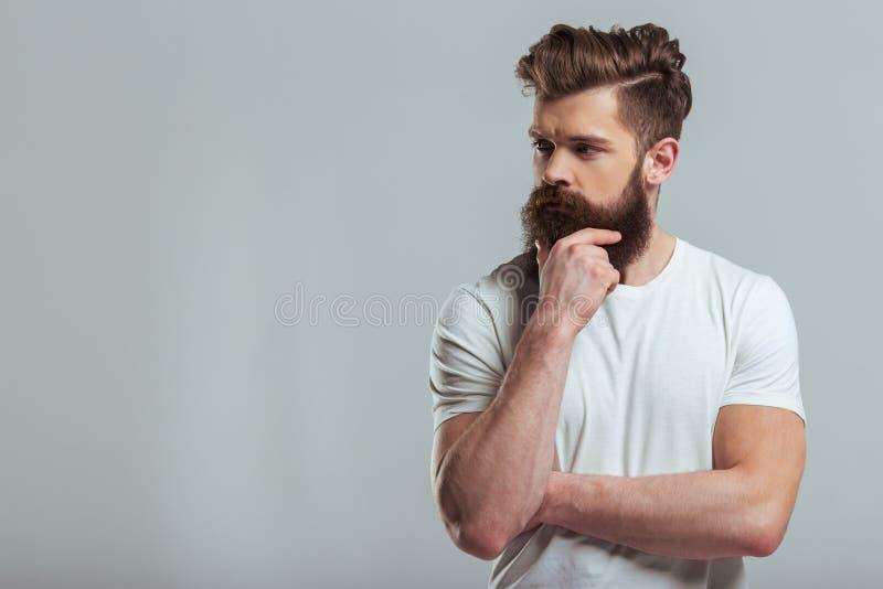 Jeune homme barbu image stock