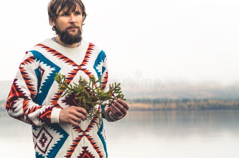 Jeune homme barbu avec le mode de vie de voyage de mode de branche d'arbre de sapin photos libres de droits