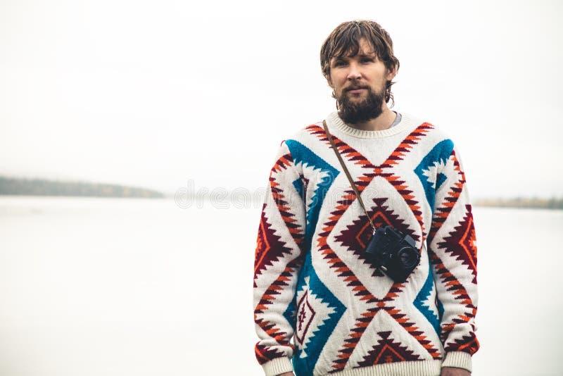 Jeune homme barbu avec le rétro mode de vie de voyage de mode d'appareil-photo de photo photos libres de droits