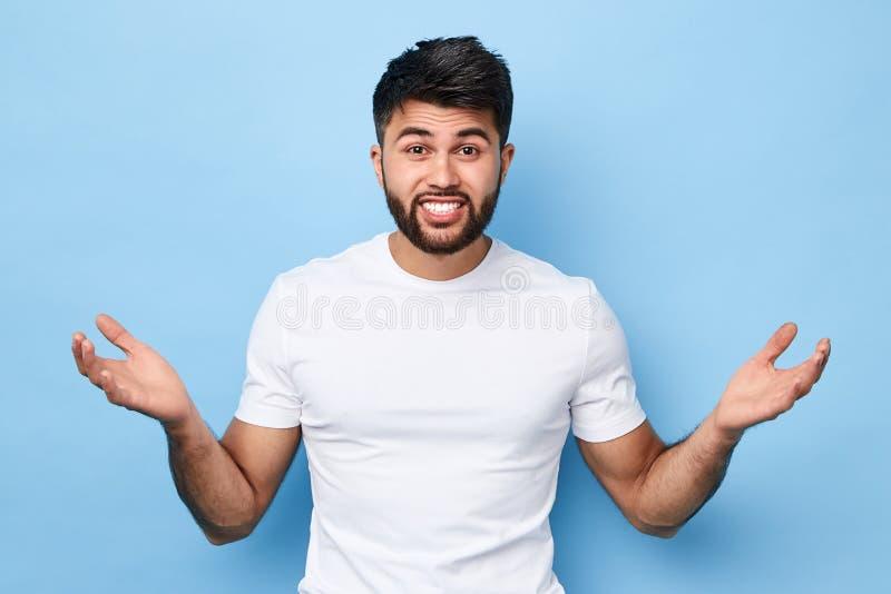 Jeune homme barbu beau perplexe confus image stock