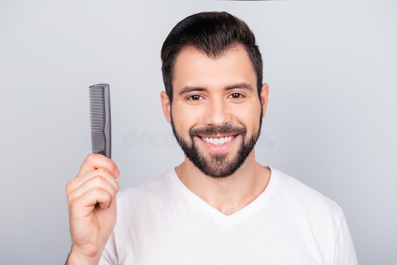 Jeune homme barbu châtain beau de sourire sûr dans t blanc s images stock