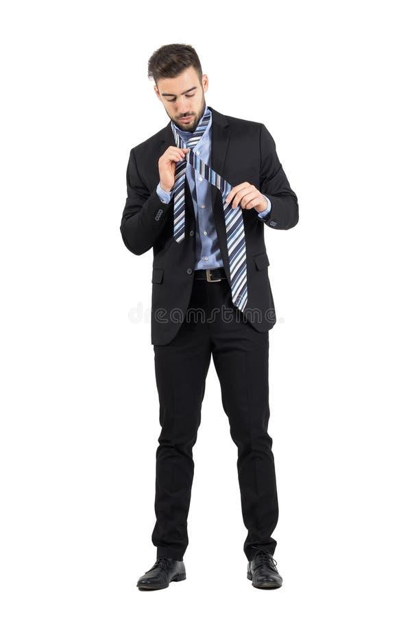 Jeune homme barbu d'affaires obtenant habillé photos stock