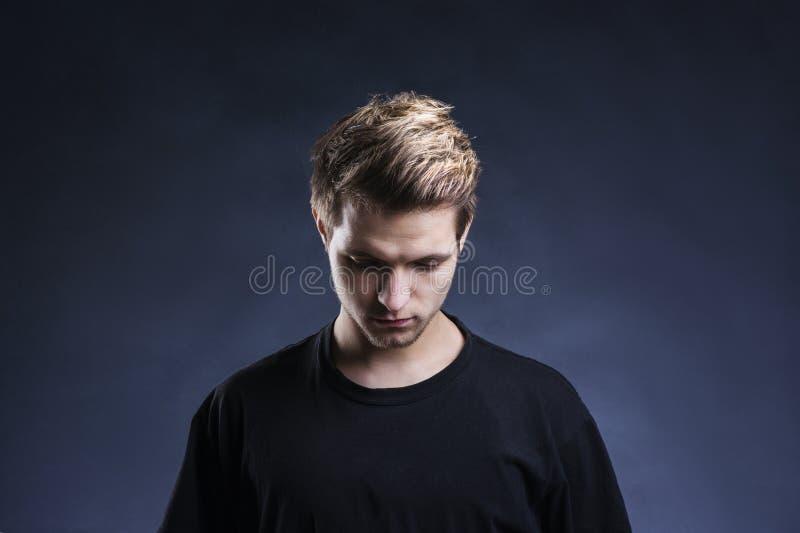Jeune homme beau photographie stock libre de droits