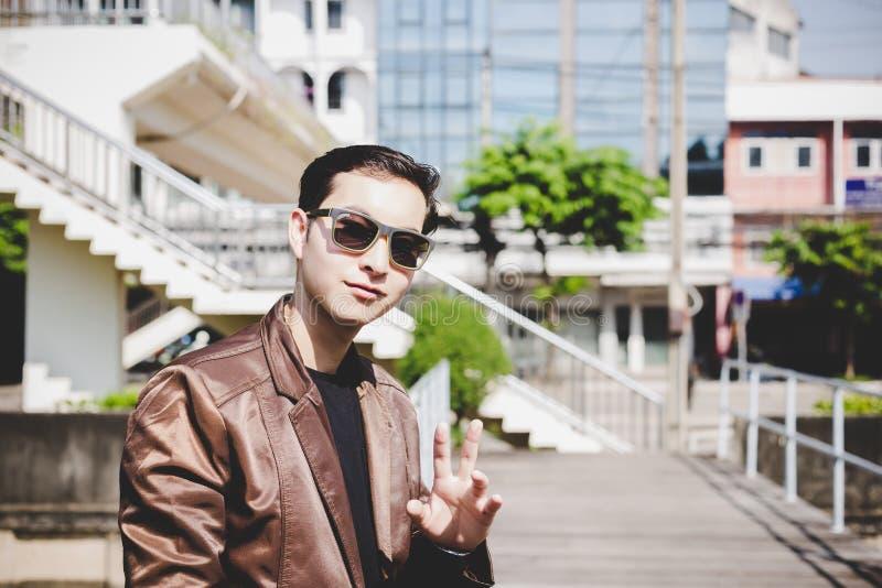 Jeune homme beau avec du charme de portrait Le type attirant regarde image stock