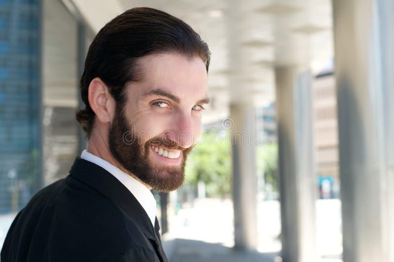 Jeune homme beau avec la barbe souriant dehors images libres de droits