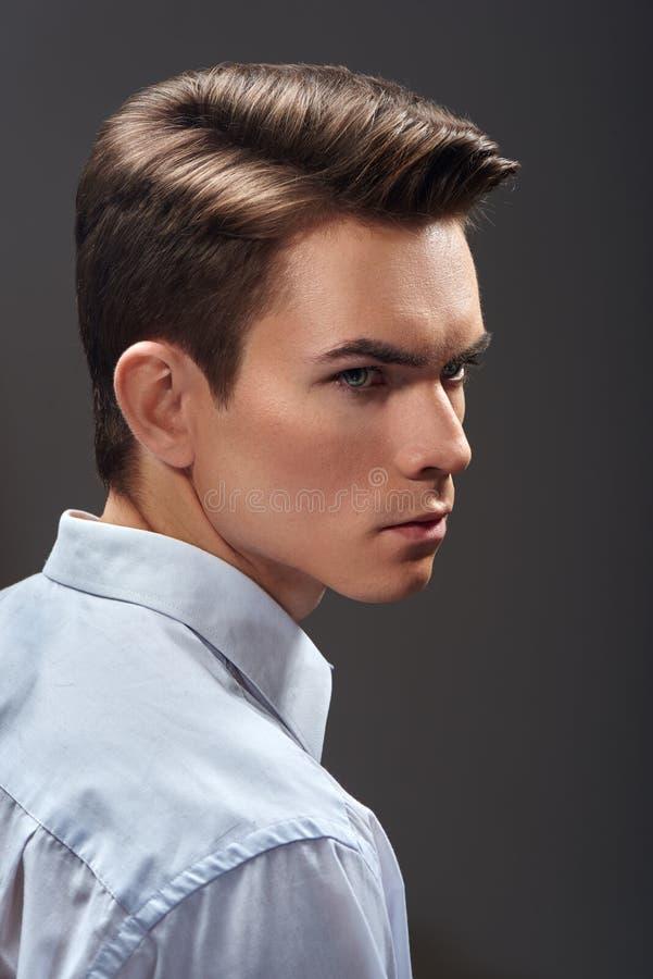 coupe jeune homme coiffure pour homme sur le ct printempst with coupe jeune homme finest. Black Bedroom Furniture Sets. Home Design Ideas