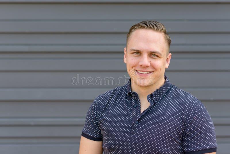 Jeune homme beau avec un sourire amical chaud image libre de droits