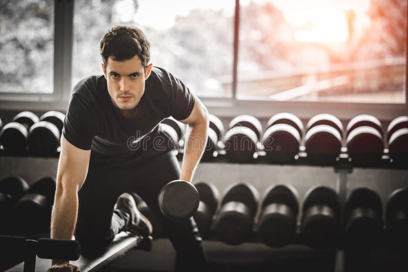 Jeune homme beau caucasien convenable et grand muscle posant à l'appareil-photo dans les vêtements de sport photos stock