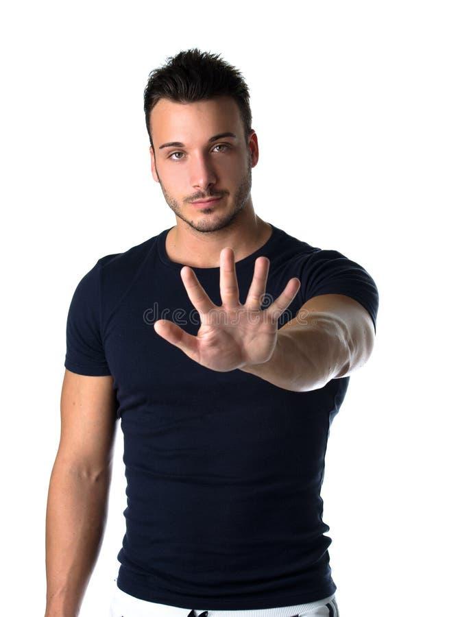 Jeune homme beau comptant à cinq avec des doigts et des mains photo libre de droits