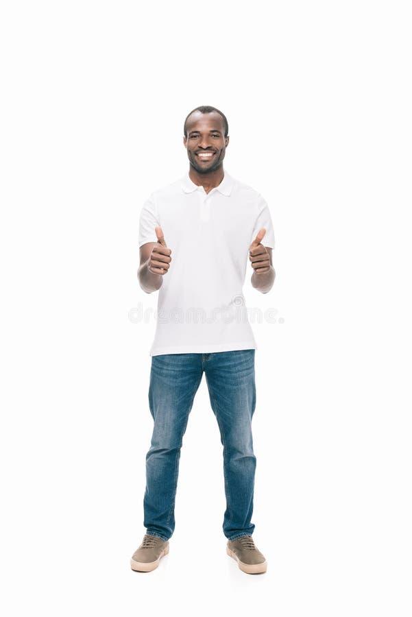 jeune homme beau d'afro-américain montrant des pouces et souriant à l'appareil-photo photo libre de droits