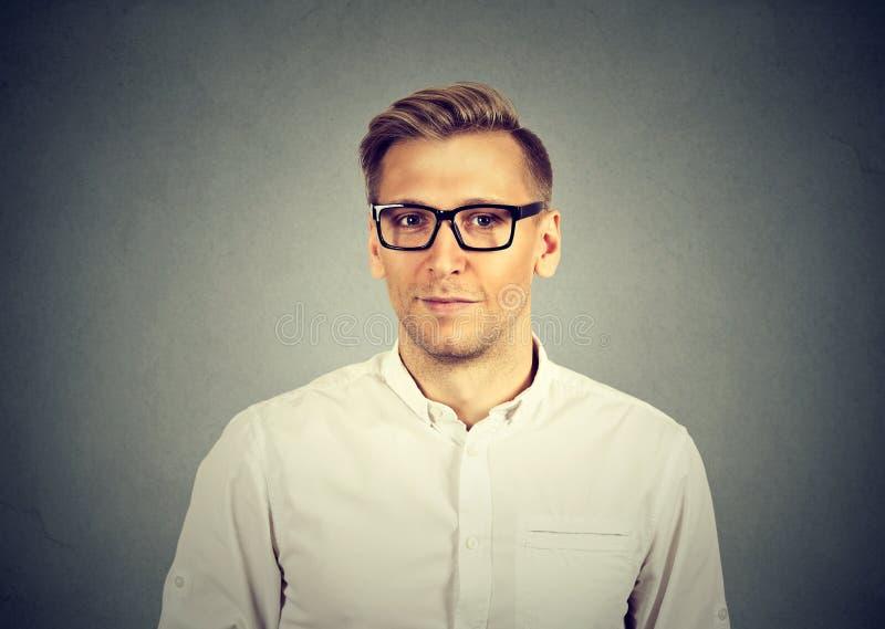 Jeune homme beau dans des lunettes photographie stock libre de droits