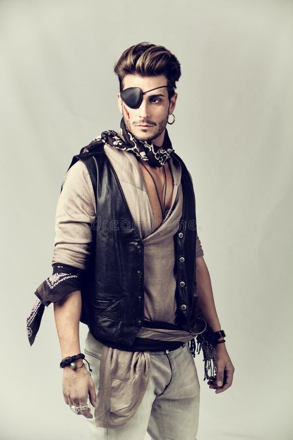 Jeune homme beau dans l'équipement de mode de pirate photos stock
