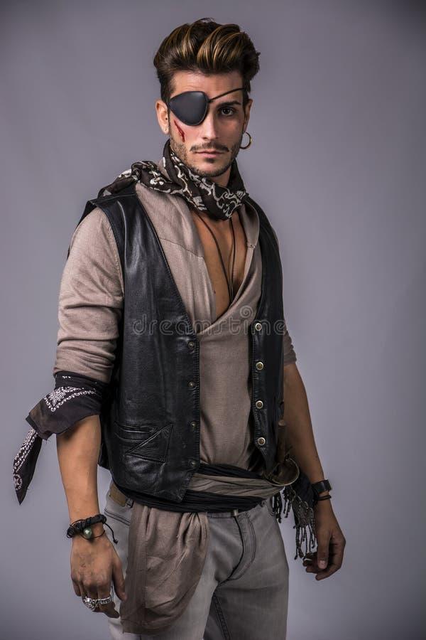 Jeune homme beau dans l'équipement de mode de pirate images stock
