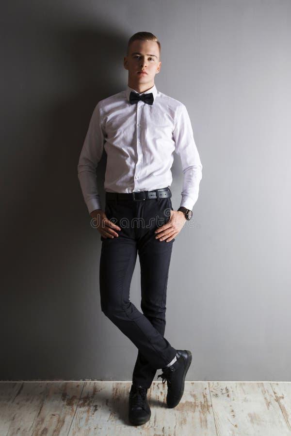Jeune homme beau dans la chemise blanche photographie stock libre de droits