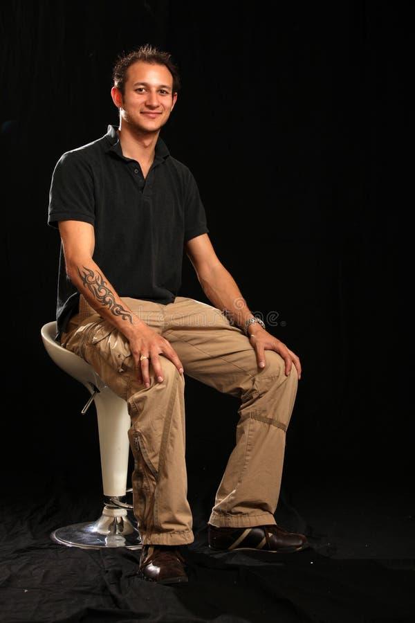 Jeune homme beau dans le studio photo stock
