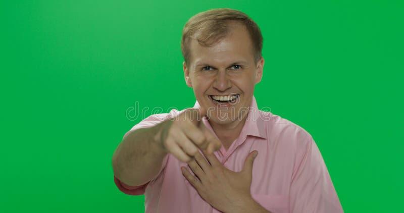 Jeune homme beau dans rire rose de chemise Plan rapproch? photo libre de droits
