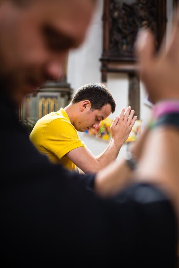 Jeune homme beau dans une église photographie stock