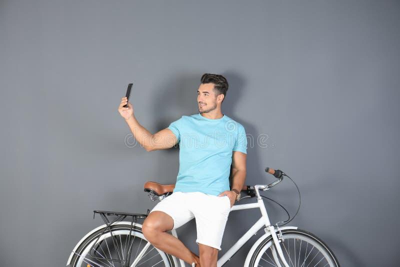 Jeune homme beau de hippie prenant le selfie avec la bicyclette photos libres de droits