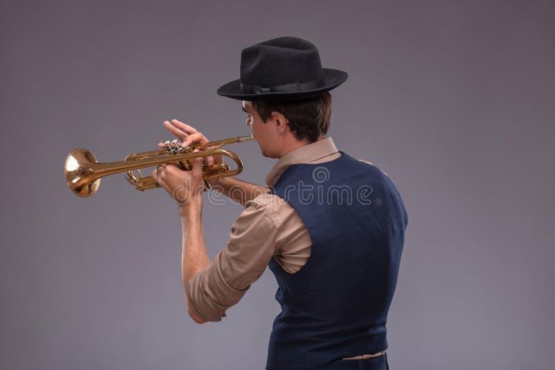 Jeune homme beau de jazz photo stock