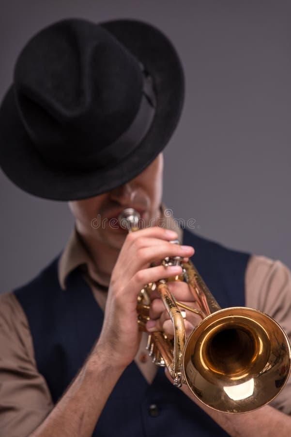 Jeune homme beau de jazz photo libre de droits