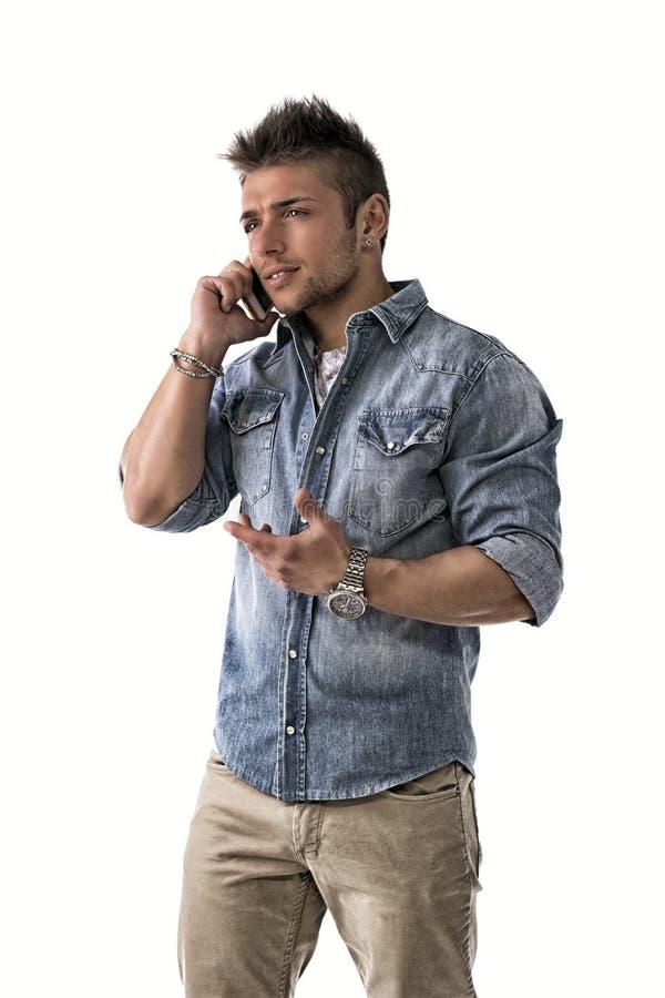 Jeune homme beau de renversement parlant au téléphone portable (mobile) image stock