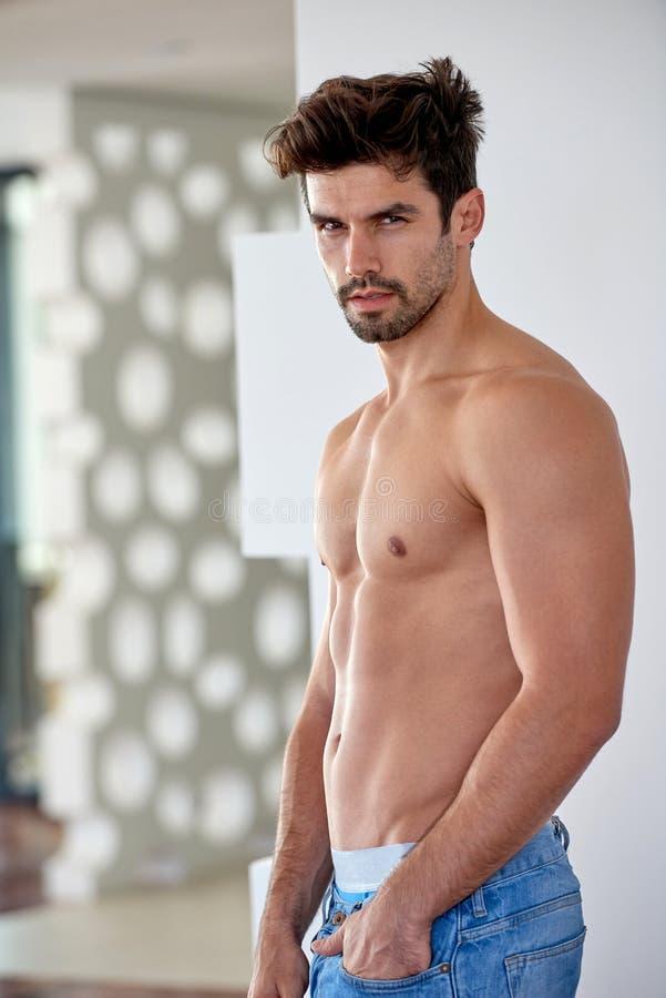 Jeune homme beau de Shirtles dans des jeans images stock