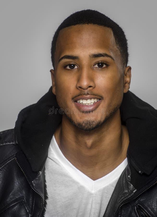 Jeune homme beau de sourire images libres de droits