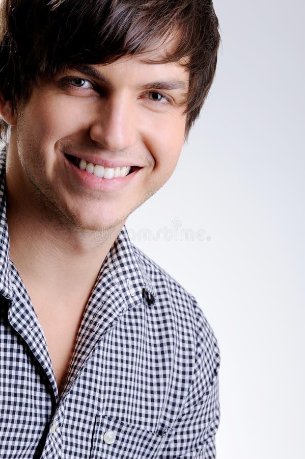 Jeune homme beau de sourire heureux photographie stock