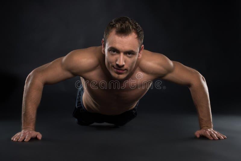 Jeune homme beau de sport. images libres de droits