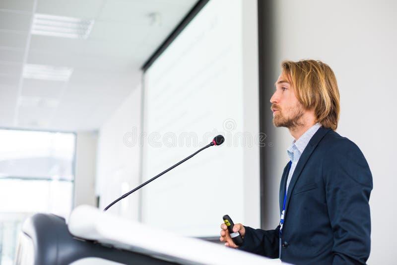 Jeune homme beau donnant un discours images stock