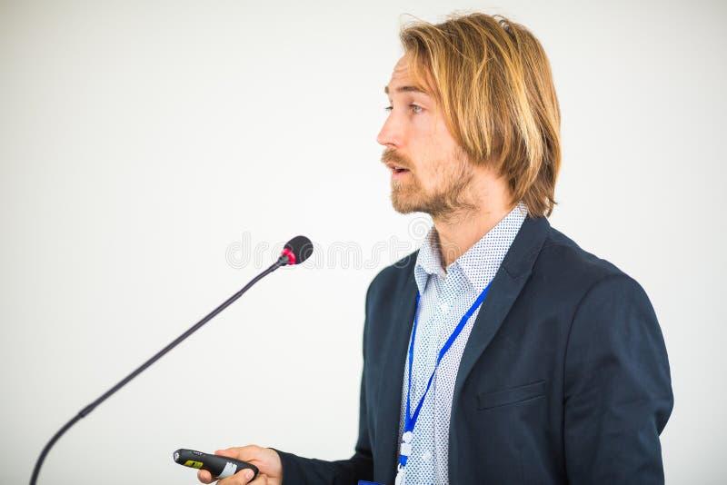 Jeune homme beau donnant un discours image libre de droits
