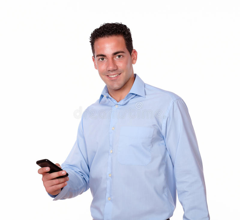 Jeune homme beau envoyant un message par le téléphone portable images libres de droits