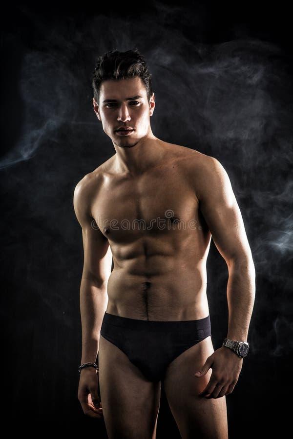 Jeune homme beau et convenable utilisant seulement des sous-vêtements photo libre de droits