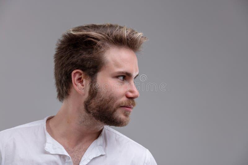 Jeune homme beau intense regardant au côté photos libres de droits
