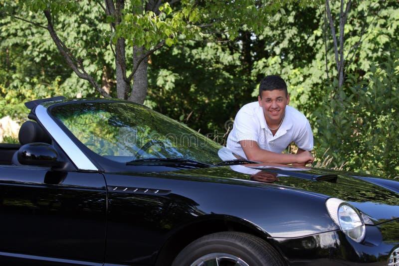 Jeune homme beau se penchant sur le véhicule image libre de droits
