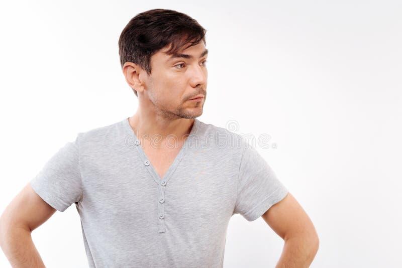 Jeune homme beau se tenant avec des mains sur les hanches photo libre de droits