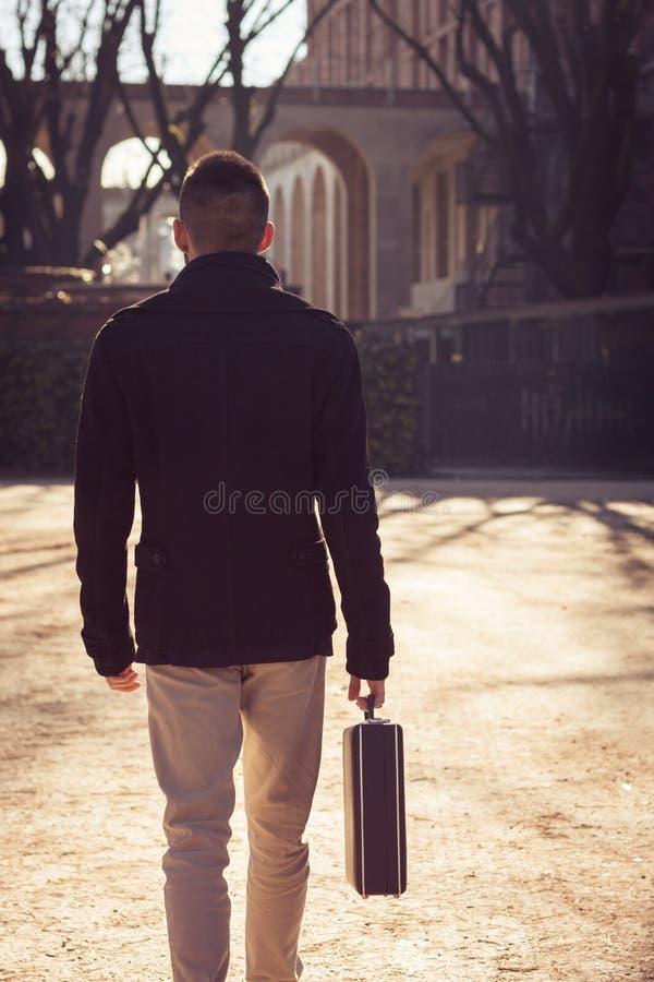 Jeune homme beau seul marchant photographie stock